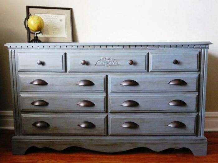 commode en style apothicaire, repeindre un meuble vernis, petit globe jaune style vintage