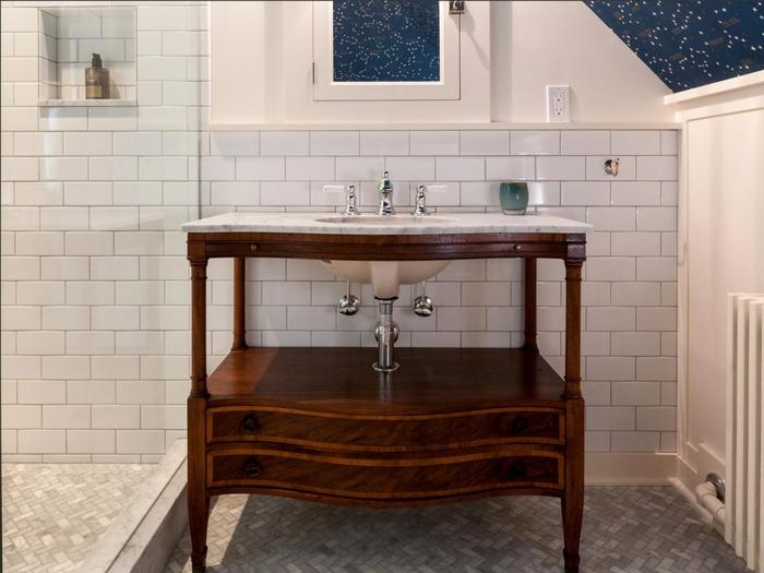 idee deco salle de bain qui joue sur les contrastes des matières et qui mixe les styles