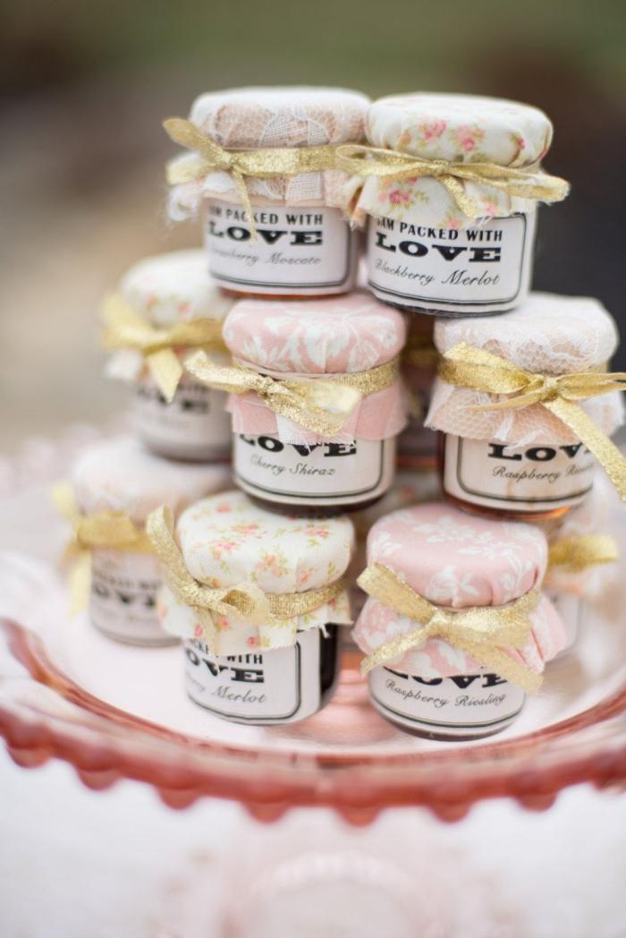 bocal ou gobelet personnalisé rempli de confiture aux fruits avec étiquette personnalisée et emballage de style vintage