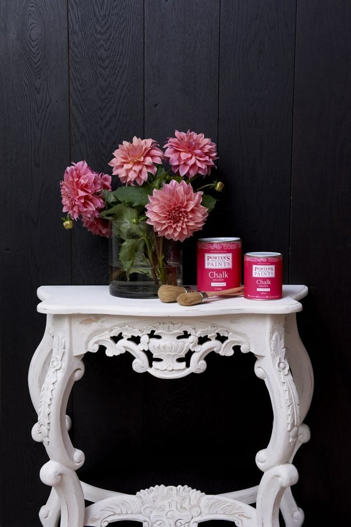 renover table en bois avec du blanc shabby, décoration avec des fleurs, ornements baroques
