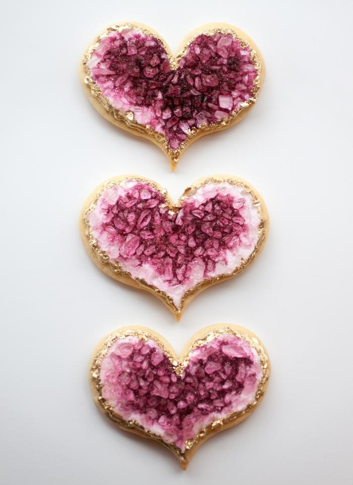 exemple de sucrerie fait main pour la deco table mariage parfaite, modèle de cookies en forme de coeur rose et or
