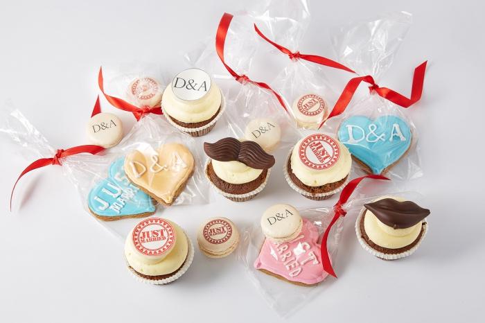 idée cadeau invité mariage, cookies et sucrerie avec emballage simple et ruban rouge, cookies avec colorant alimentaire