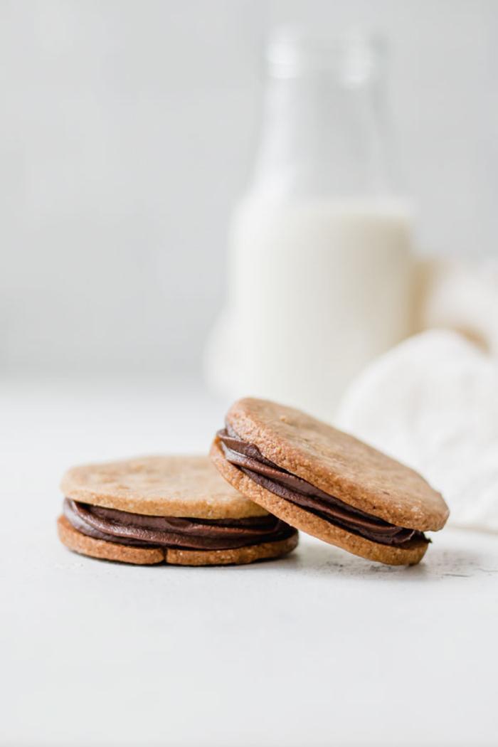 une recette immanquable de sandwich cookies nutella, des biscuits de noël sandwichs fourrés au nutella