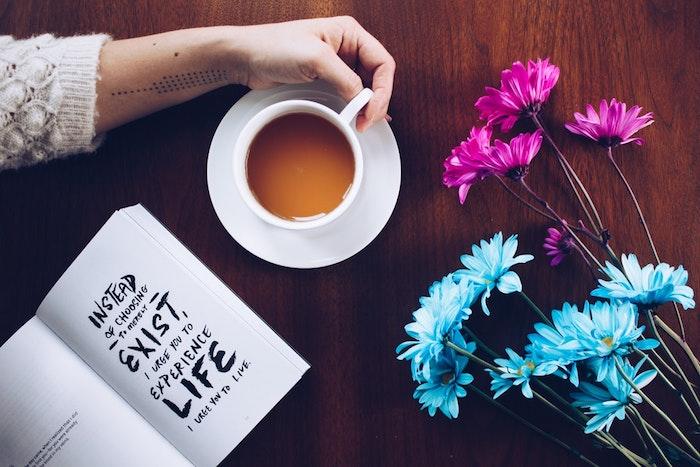 Beau fond d'écran stylé fond d'écran pour fille image fond d'écran fille qui boit du café livre fleurs idée quelle image choisir
