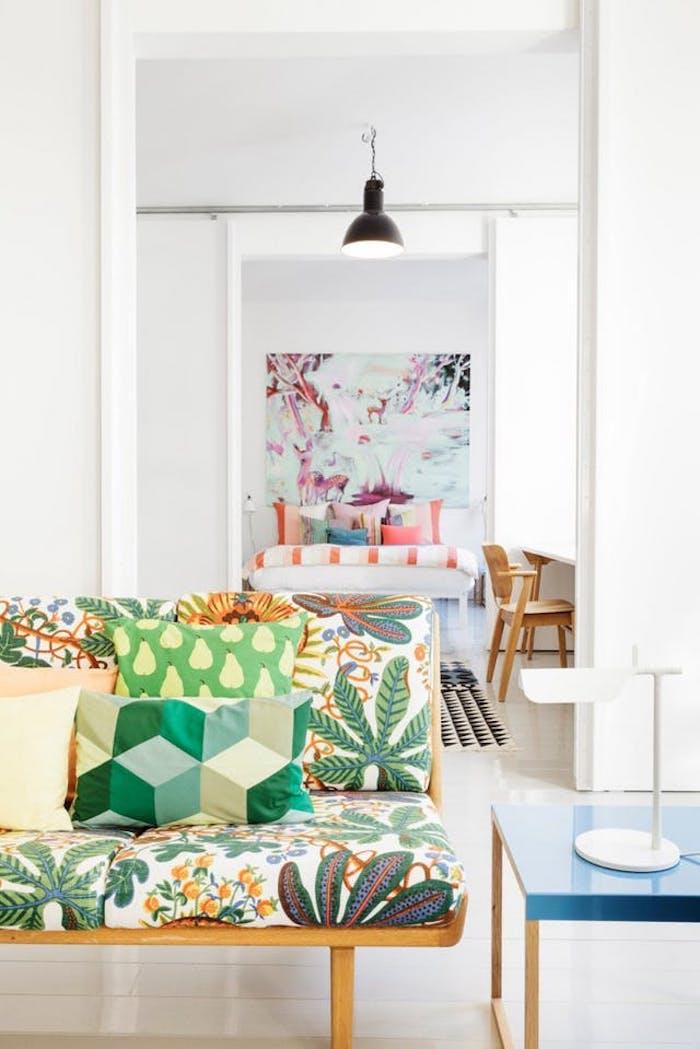Table de salon scandinave tableau style scandinave coussin style scandinave coloré