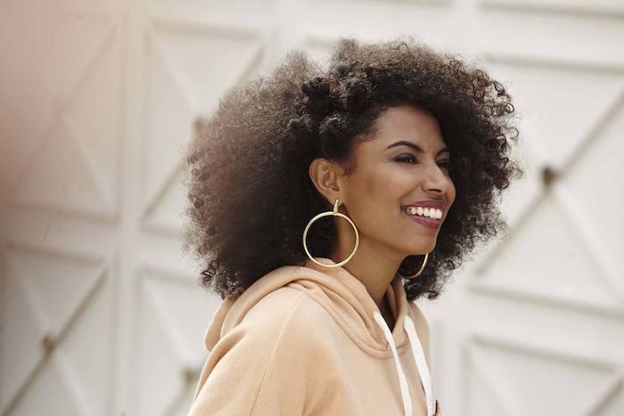Coiffure afro femme coiffure tresse afro jolie tresse africaine petits chignons à coté idée simple coiffure quotidienne femme africaine