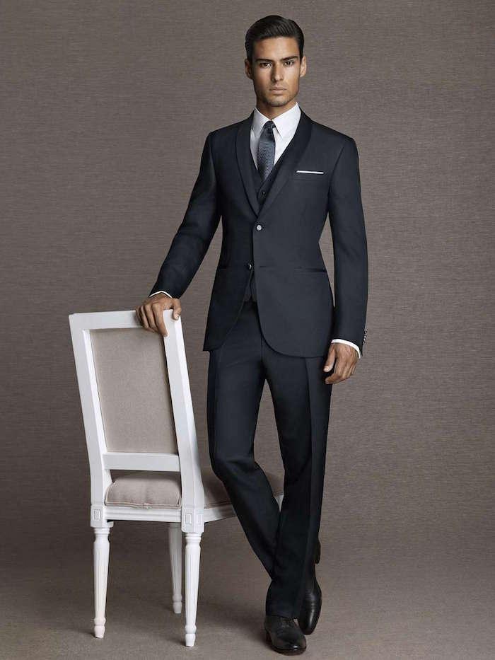 modèle de costume homme hugo boss cintré pour mariage, costard sombre gris anthracite élégant homme