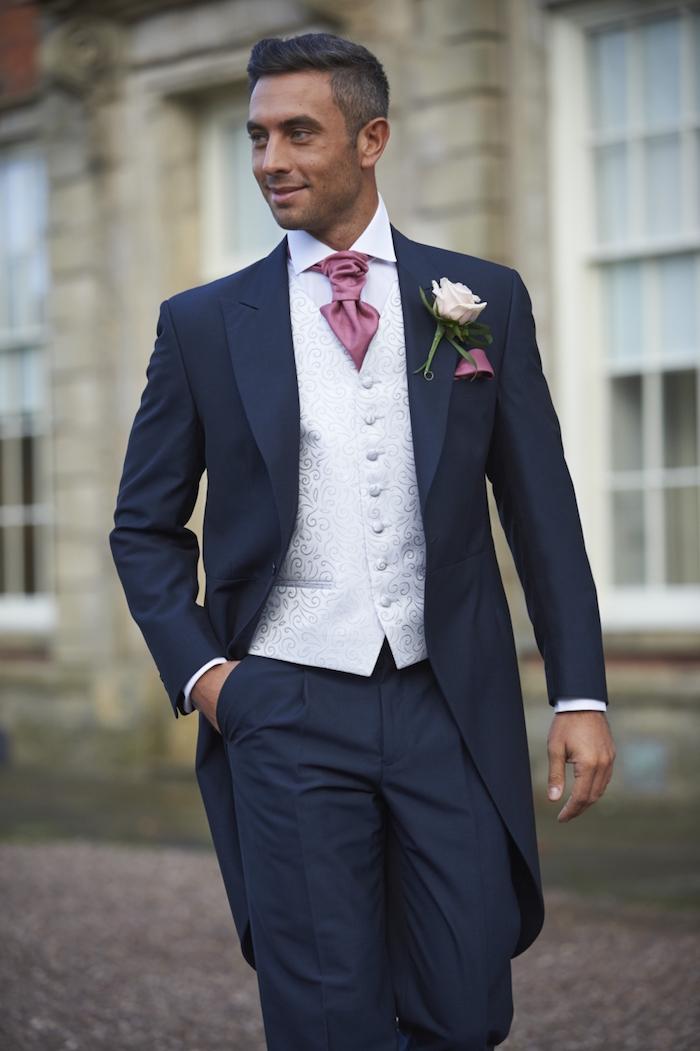 costume mariage homme trois pieces bleu marine avec veste en queue de pie, tenue marié homme pour cérémonie