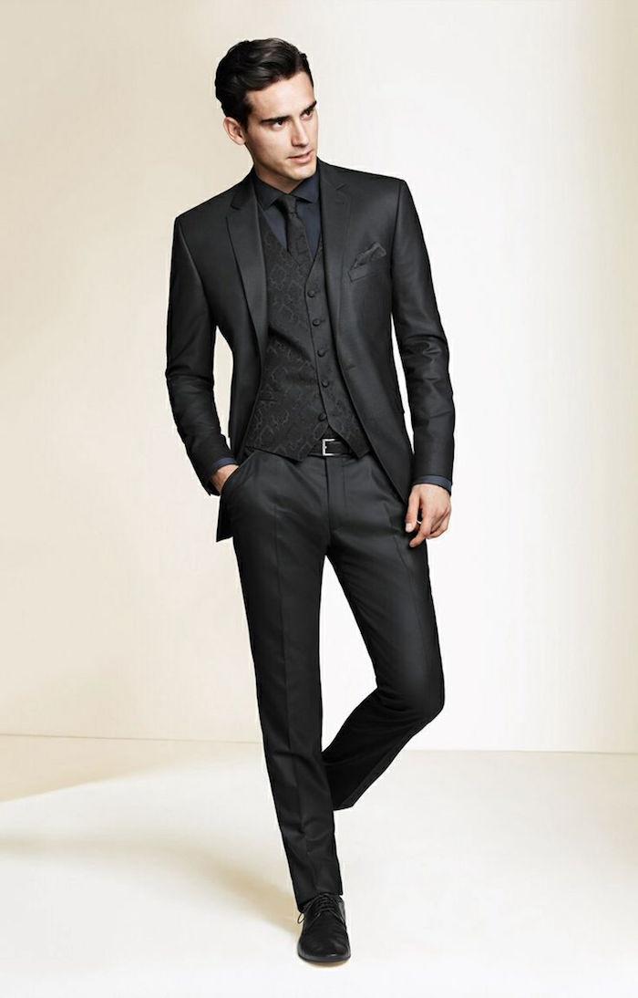 idée costume 3 pièces homme tout noir pour cérémonie, costard cintré noir pour mariage ou enterrement