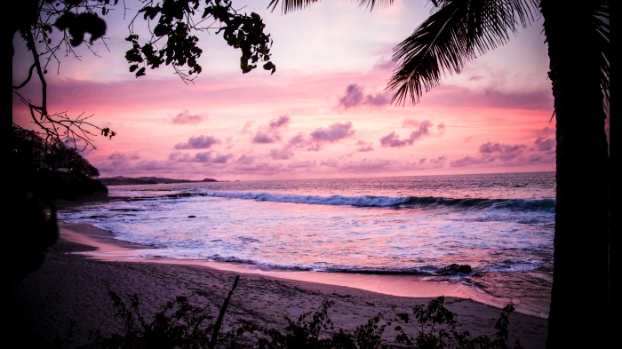 photo de plage avec vagues et ciel rose, wallpaper fond d écran avec mer et coucher de soleil pour ordinateur