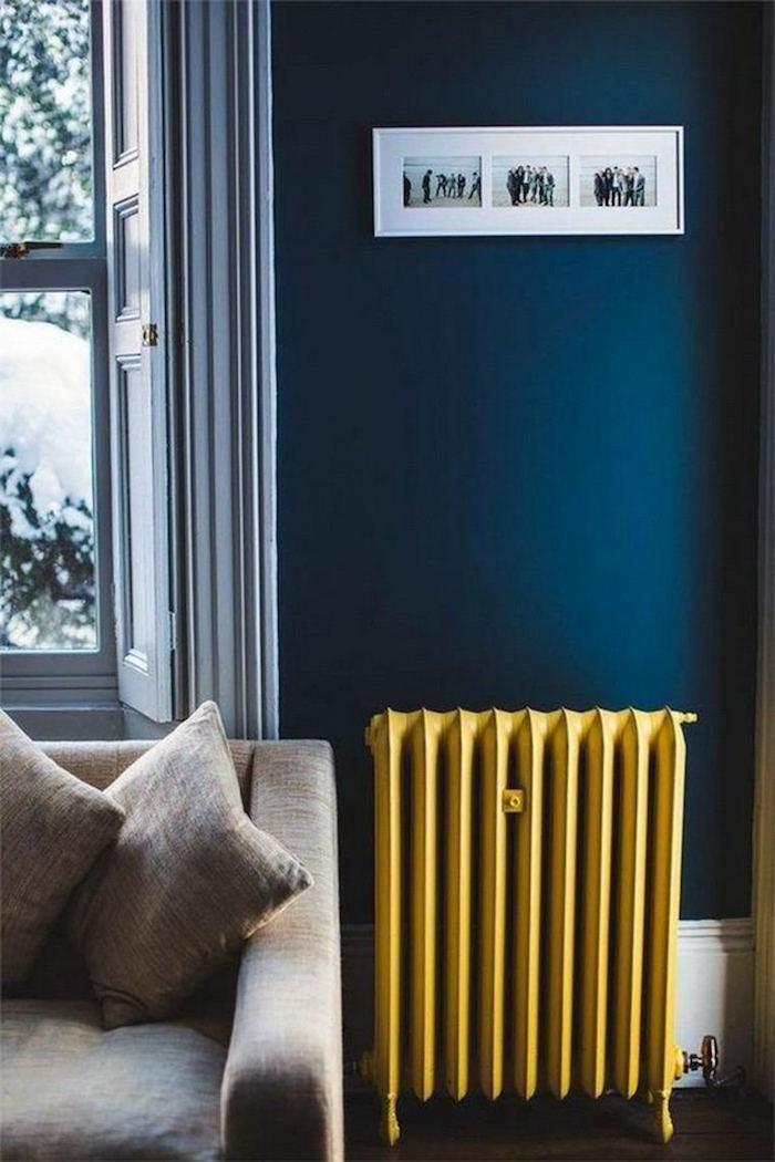 déco chauffage jaune moutarde et bleu canard sur le mur, association couleur bleu pétrole