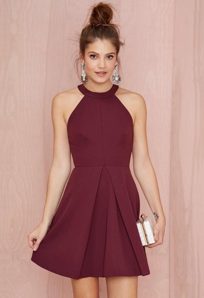 idée robe de cocktail pour mariage à design courte de couleur bordeaux combinée avec boucles d'oreilles métalliques