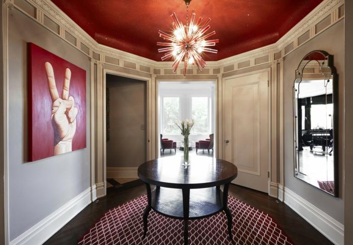 plafond en couleur de peinture tendance, table ronde en bois, tapis géométrique, miroir gorme baroque