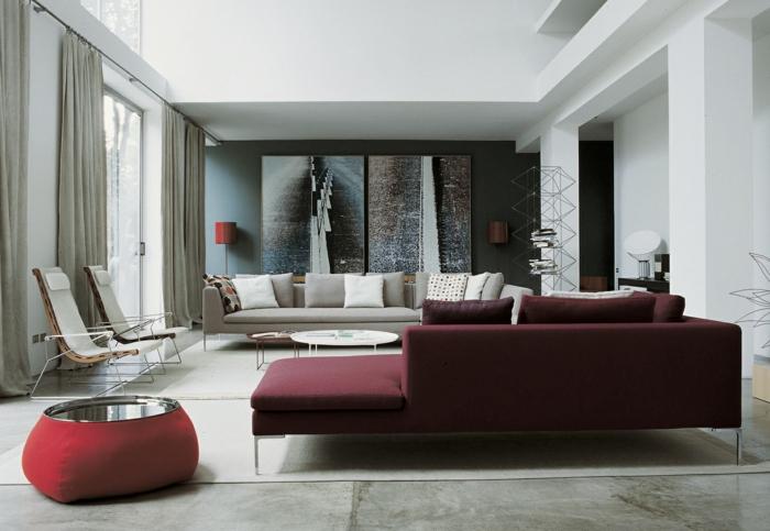la couleur bordeaux dans l'intérieur, petite table basse, grand sofa gris, sofa d'angle burgundi