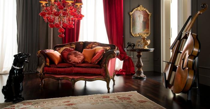 instrument musical, sofa baroque, tapis beige, rideaux lourds, miroir encadré cadre doré, statuette chien