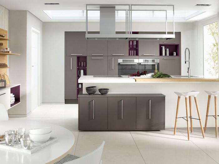 associer les couleurs dans une cuisine contemporaine, cuisine blanche plan de travail bois, meuble gris taupe anthracite