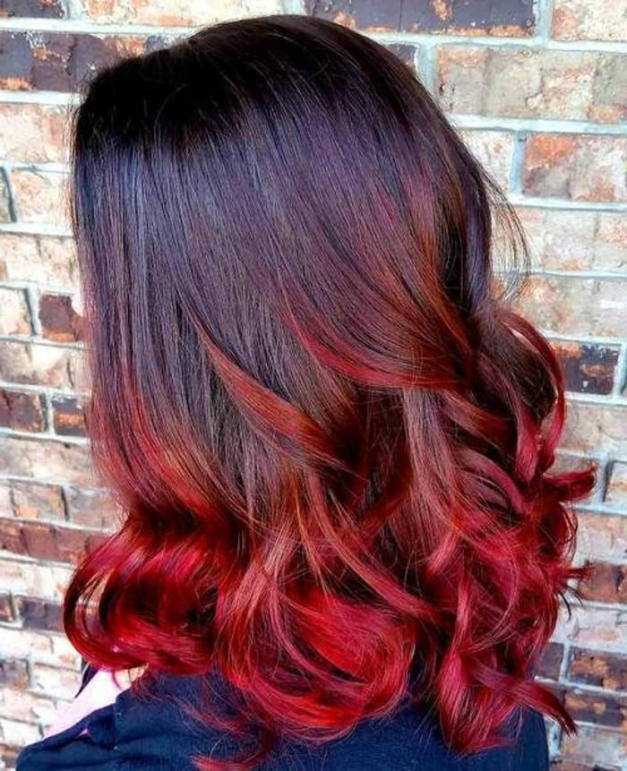 cheveux couleur ombré rouge, couleur initiale noire, coiffure lumineuse wavy