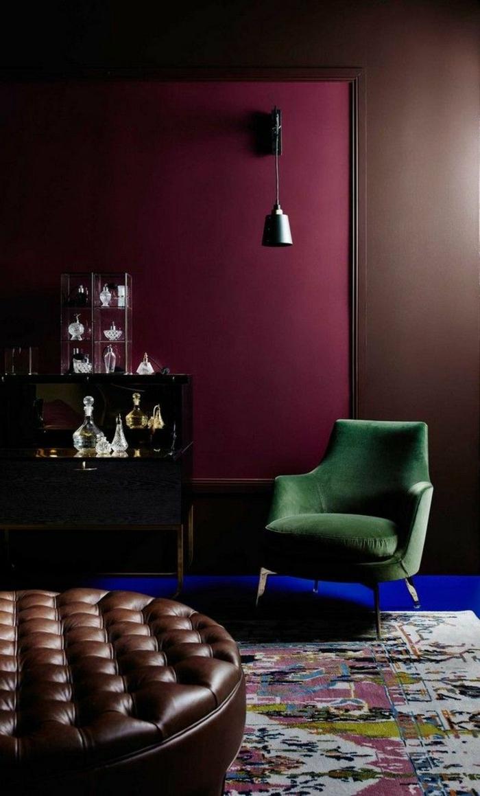 tabouret en cuir, couleur peinture vineusen fauteil vert, buffet avec objets en cristal