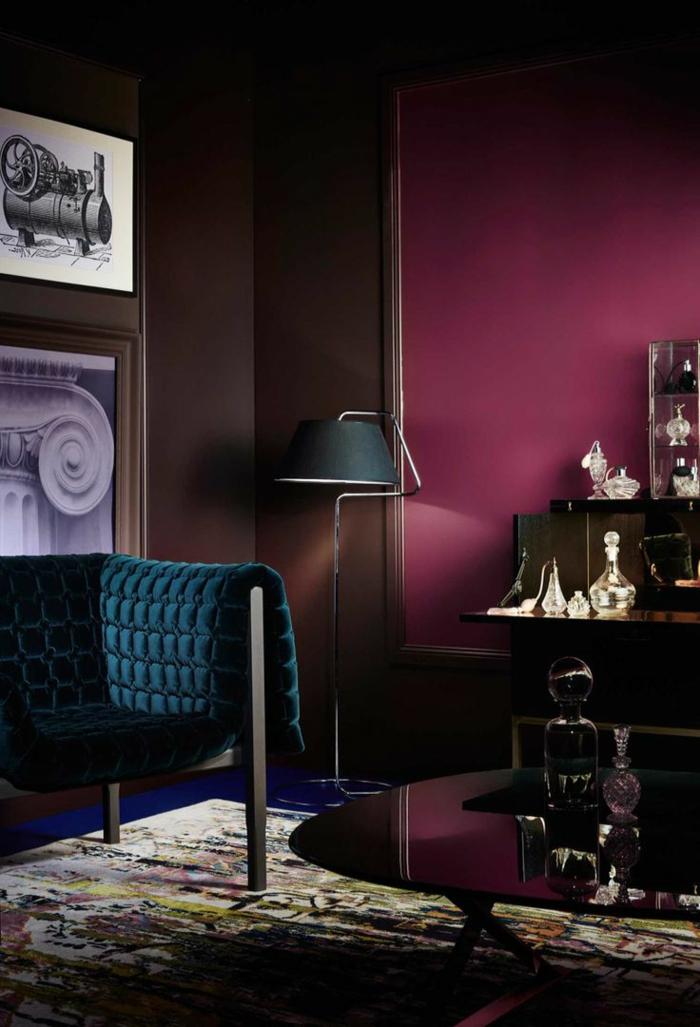 fauteuil bleu pétrole, couleur peinture pourpre, tapis couleur neutre, lampe de sol noire