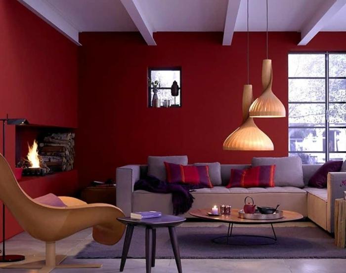 salle de séjour en rouge gris et blanc, peinture salon vigoureuse, deux tables basses, un grand fauteuil, plafond blanc, lampes pendantes
