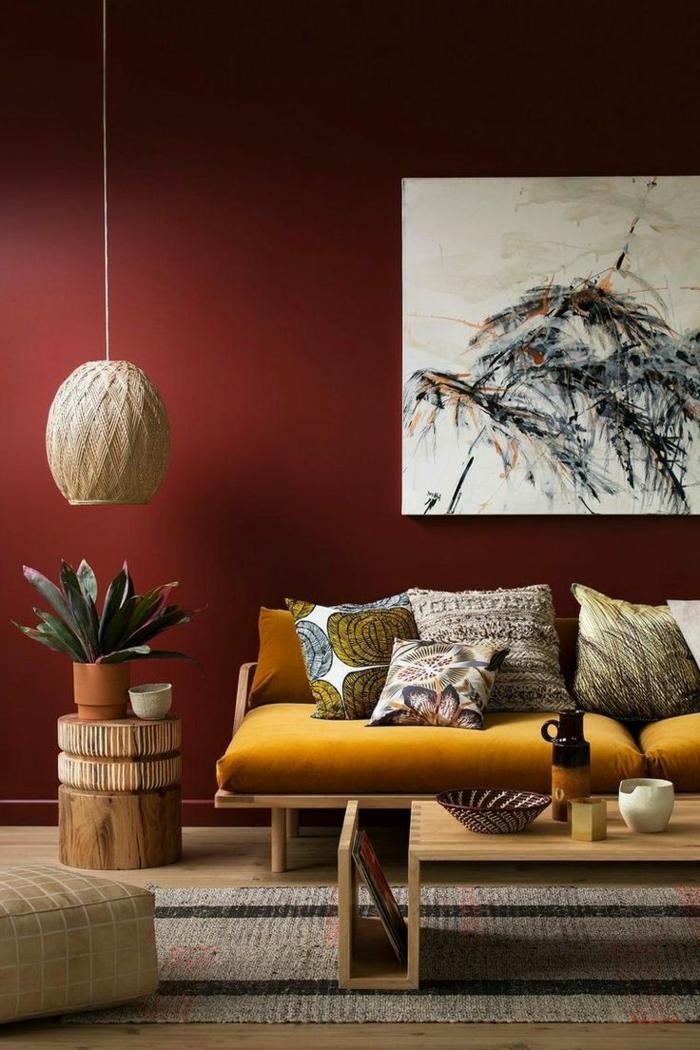 couleur pour salon originale, mur burgundi, peinture artistique, sofa vintage jaune moutaden table basse bois