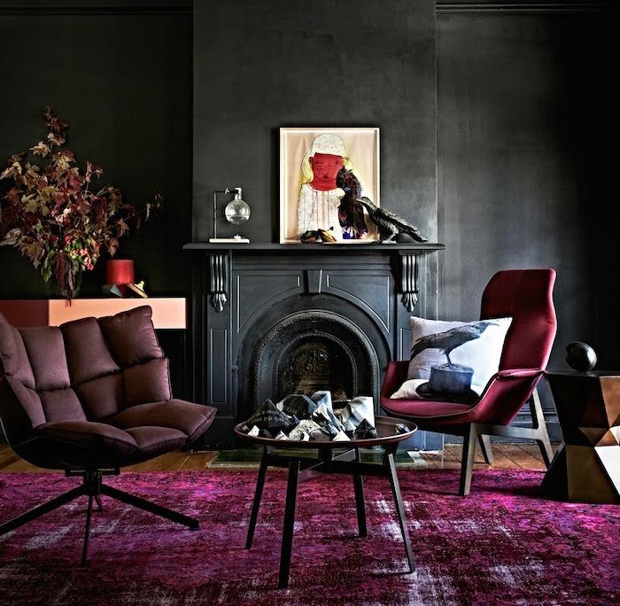 table basse, fauteuils pourpres, mur noir, cheminée noire anthracite, tapis en couleur intense