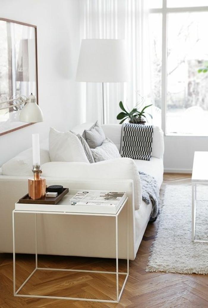 salon feng shui avec des meubles blancs, parquet en style classique, table carrée en blanc, murs en blanc, luminaire avec abat-jour en blanc