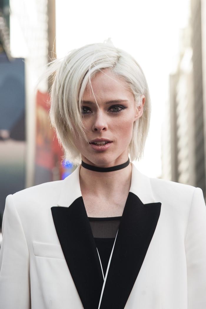 vision élégante et chic avec un carré effilé blond polaire associé avec une raie sur le côté