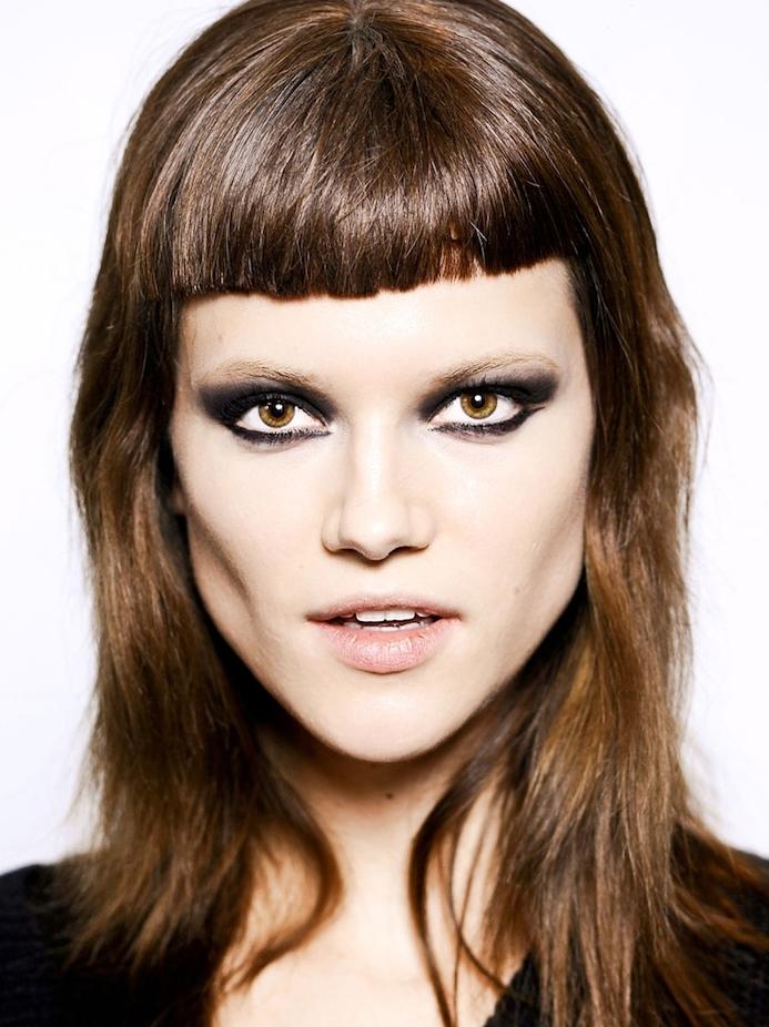 degrade femme avec une frange longue sur cheveux chatain mi long, maquillage noir yeux marron
