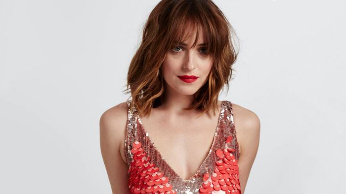 carré frange version mi long ondulé, cheveux roux foncé, rouge à lèvres rouge, robe rouge pailletée