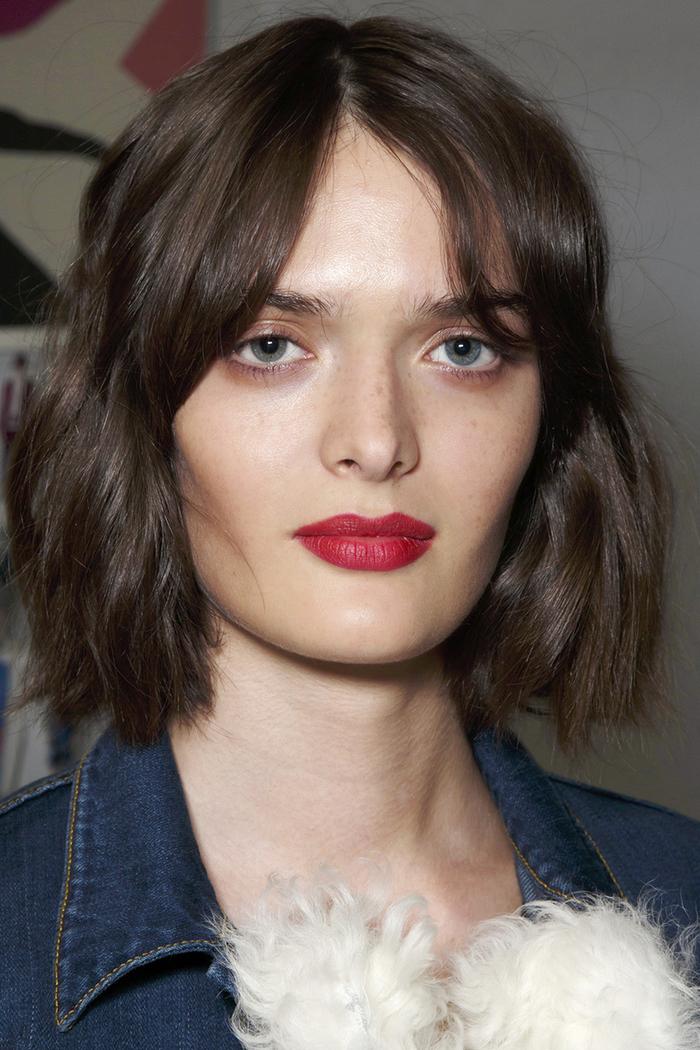 dynamisez la coupe cheveux carré court ondulé avec une frange longue séparée au centre