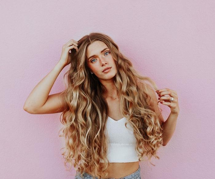 idée de coupe cheveux frisés ultra longs avec des ondulations romantiques sur cheveux blond clair