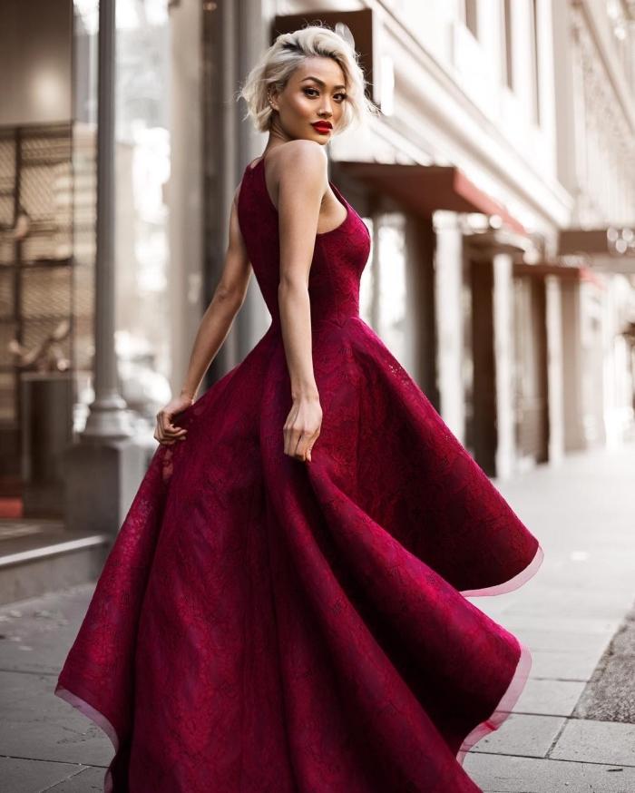 comment porter une robe longue de couleur rouge foncé avec volants pour une cérémonie officielle