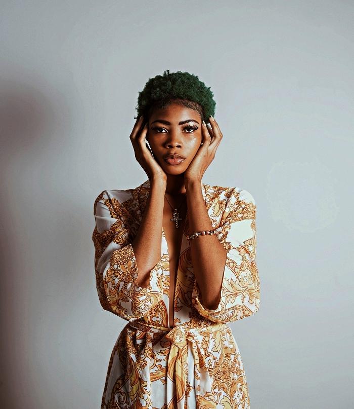 coupe courte afro cheveux naturels colorés, coloration temporaire verte sur cheveux naturels courts