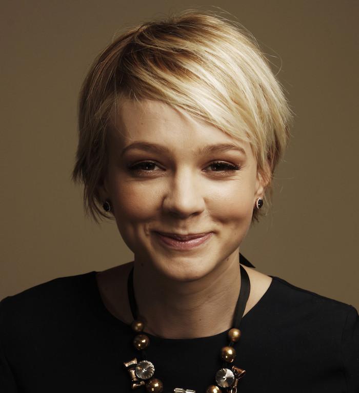 modele de coupe courte avec frange asymetrique, cheveix blond clair, pull femme noir