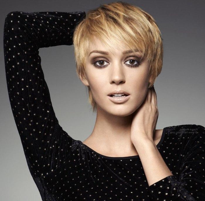 coupe courte avec frange sur le coté, style effilé, pixie cut avec maquillage yeux marron, chemise femme noire