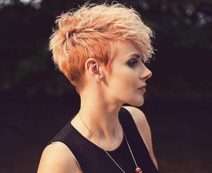 idée de frange dégradée femme coupe courte, style rock, corsage femme noir, cheveux mèches orange