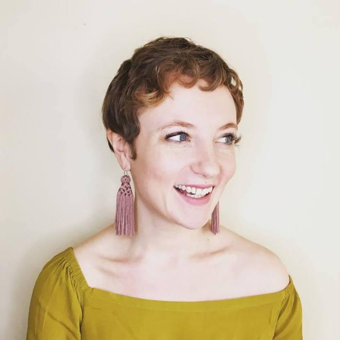 coupe courte cheveux frisés naturellement, modele de coupe type garçonne, chemise femme verte, boucle d oreille diy en pompons à franges