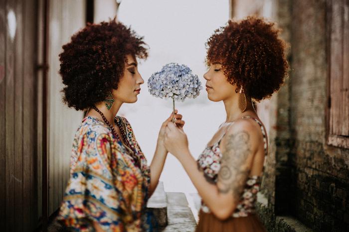 cheveux courtes frisés femme avec des boucles serrées, modele de coiffure volumineuse femme afro chic