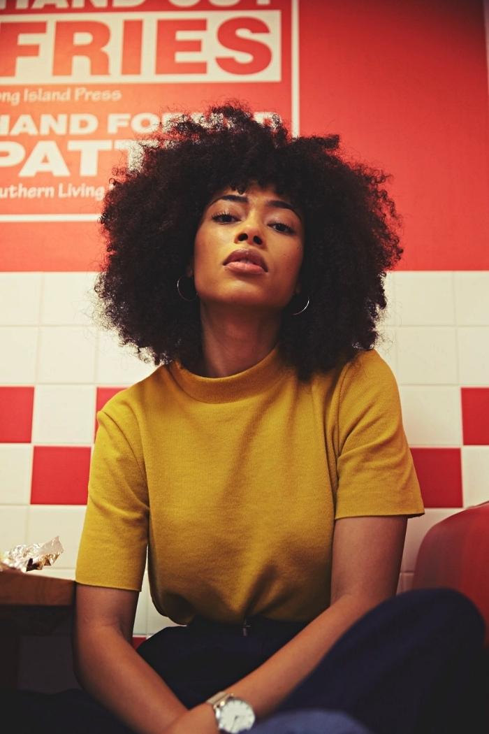coupe boule afro cheveux mi-longs, coiffure cheveux crépus volumineuse, idée coiffure pour cheveux crépus laissés au naturel