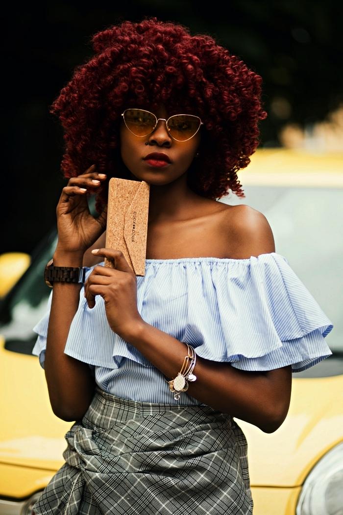 coupe cheveux frisés couleur auburn, quelle coloration pour des cheveux afro naturels cheveux afro mi-longs couleur rouge