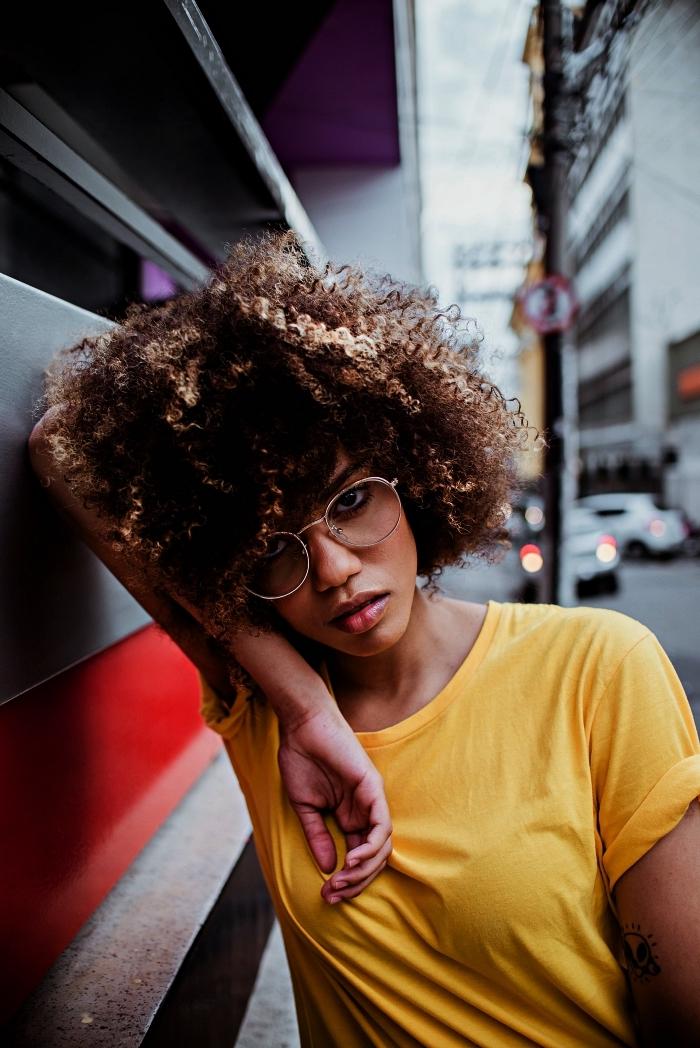 coupe courte femme afro avec balayage miel, coiffure cheveux frisés mi-longs avec coloration tendance