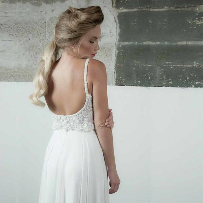 robe champetre classique, fines bretelles, coiffure queue basse, cheveux blonds