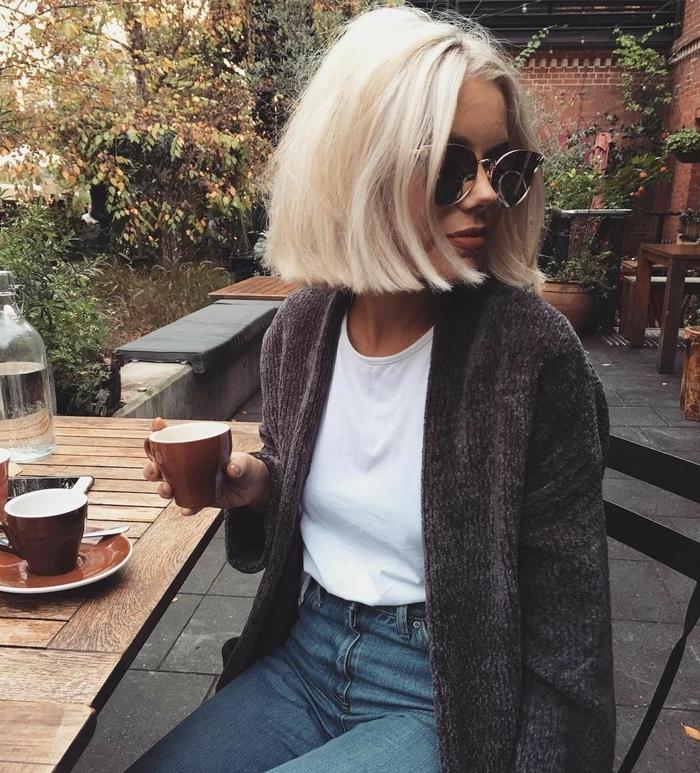 une coupe courte femme 2018 à adopter sur cheveux blond platine, le blunt bob carré blond avec raie au milieu