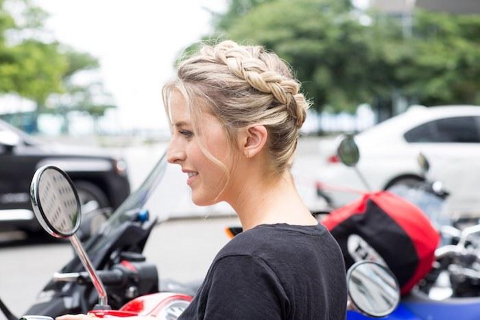 idée comment faire une couronne tresse sur cheveux ondulés légèrement, mèches blondes encadrant le visage, coiffure style décoiffé femme