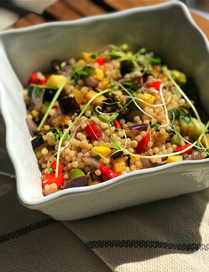 repas minceur, taboulé avec des légumes fraîches, olives noires, poivrons rouges, racines de soja, recette minceur, menu de la semaine
