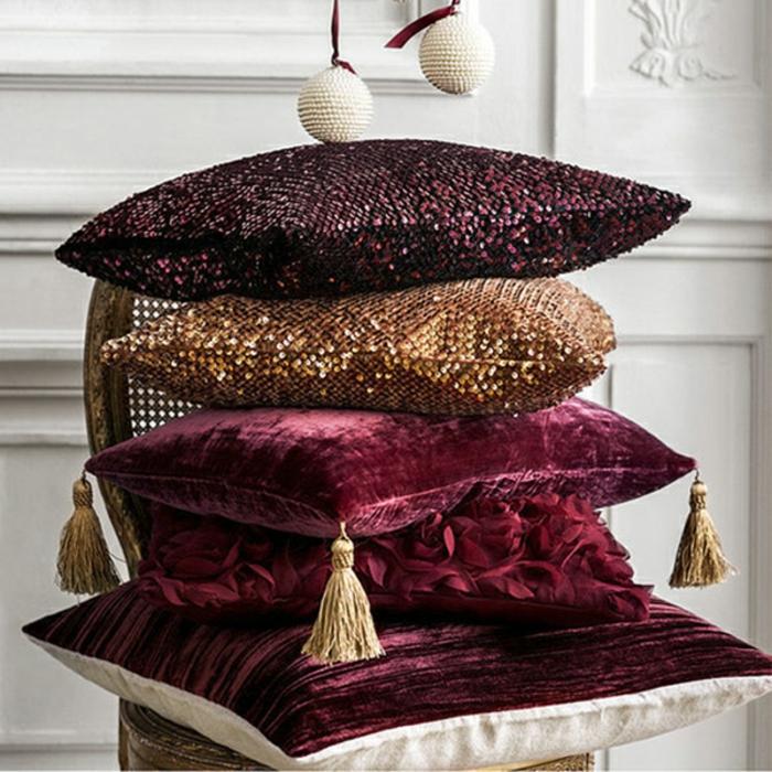 coussins déco en rouge et doré, décoration orientale en rouge foncé, boules décoratives pendantes