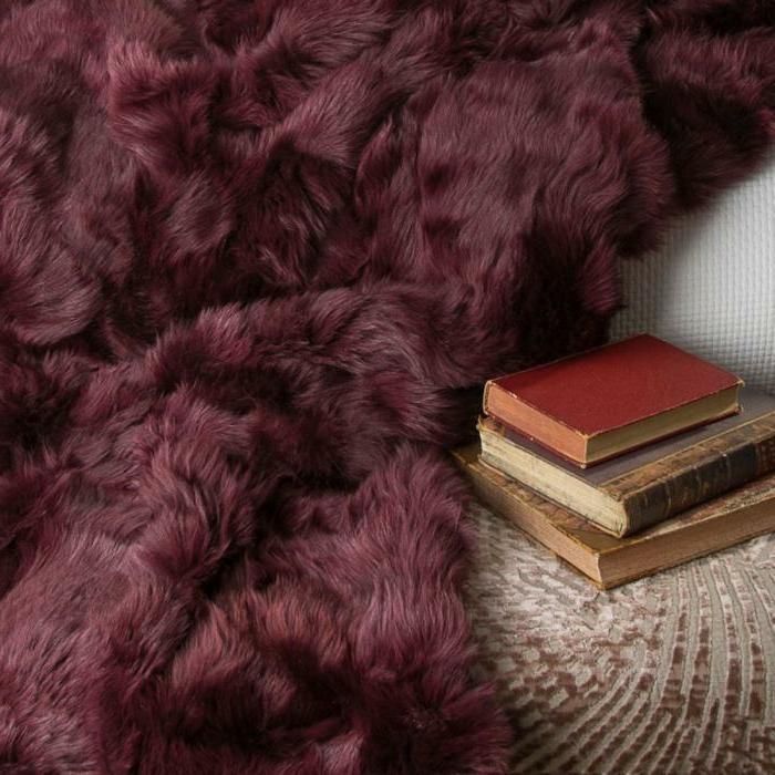 plaid bordeau, livres anciens, décoratin d'intérieur avec textiles colorés