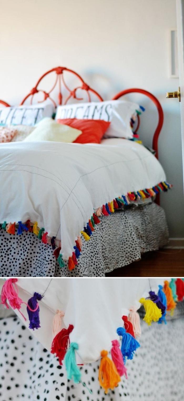 ambiance bohème chic dans la chambre a coucher moderne ,tête de lit peinte en rouge et un dessus de lit personnalisé avec des pompons colorés