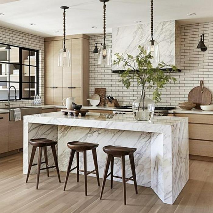 crédence de cuisine en carreaux métro, tabourets en bois, îlot de cuisine blanc, meubles en bois clair